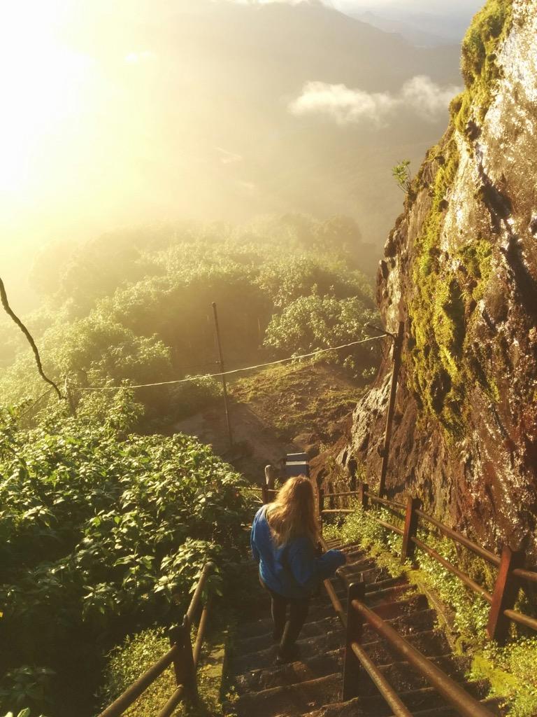 De heilige Adam's Peak beklimmen voor zonsopgang.